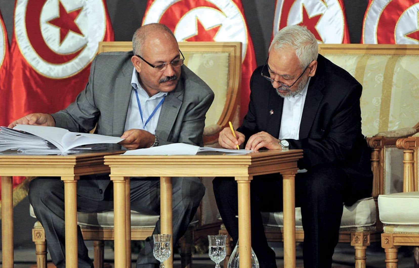 Le chef d'Ennahdha, Rached Ghannouchi, a signé la feuille de route vers une transition.