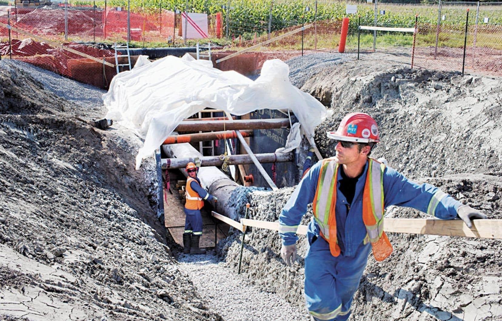 Inspection du pipeline d'Enbridge dans la région de Mirabel. L'Office national de l'énergie a lancé mardi ses audiences publiques sur le projet d'inversion du pipeline d'Enbridge afin d'amener dans l'Est le pétrole de l'Ouest.