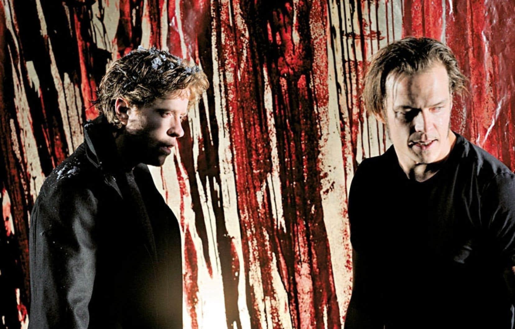 Dans le rôle de Néron, Renaud Lacelle-Bourdon brille de tous ses feux, dans son double jeu comme dans ses tourments, tandis que le fougueux Guillaume Perreault (à droite) interprète son jeune frère.