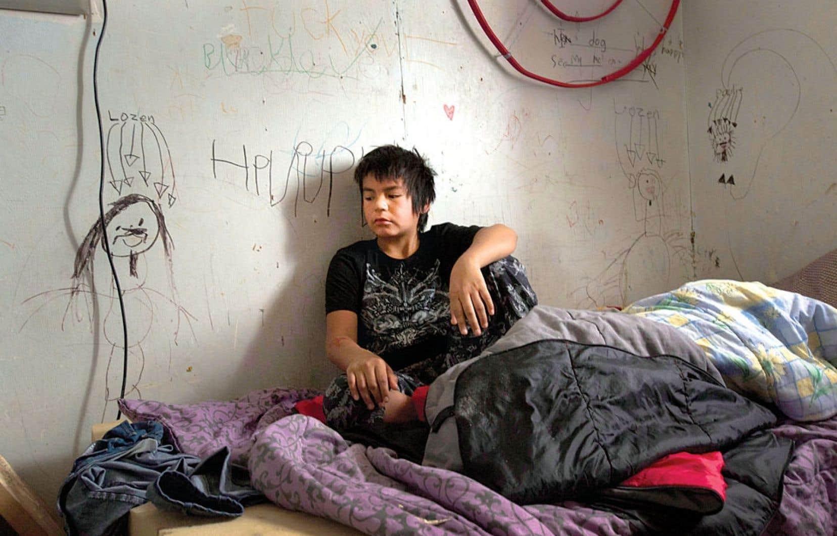 Un jeune autochtone habitant la réserve de Fort Hope, en Ontario, photographié dans sa chambre. Après avoir visité pendant neuf jours des communautés autochtones dans six provinces, le rapporteur spécial de l'ONU, James Anaya, a dressé un portrait très sombre de la situation. Au Canada, « les peuples autochtones vivent dans des conditions comparables à celles des pays qui arrivent plus bas dans ce classement et où la pauvreté abonde », a-t-il dit.