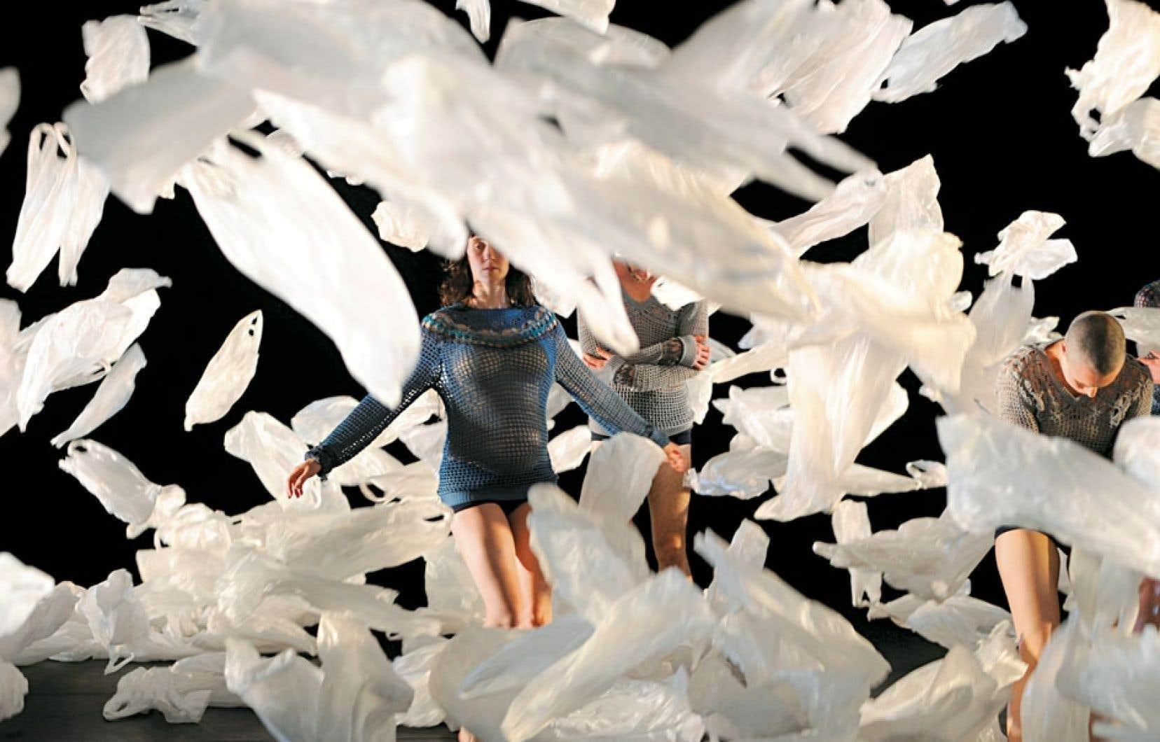 Symbole fort du dégât environnemental, les sacs de plastique qui composent le décor se soulèvent avec les mouvements des danseurs.