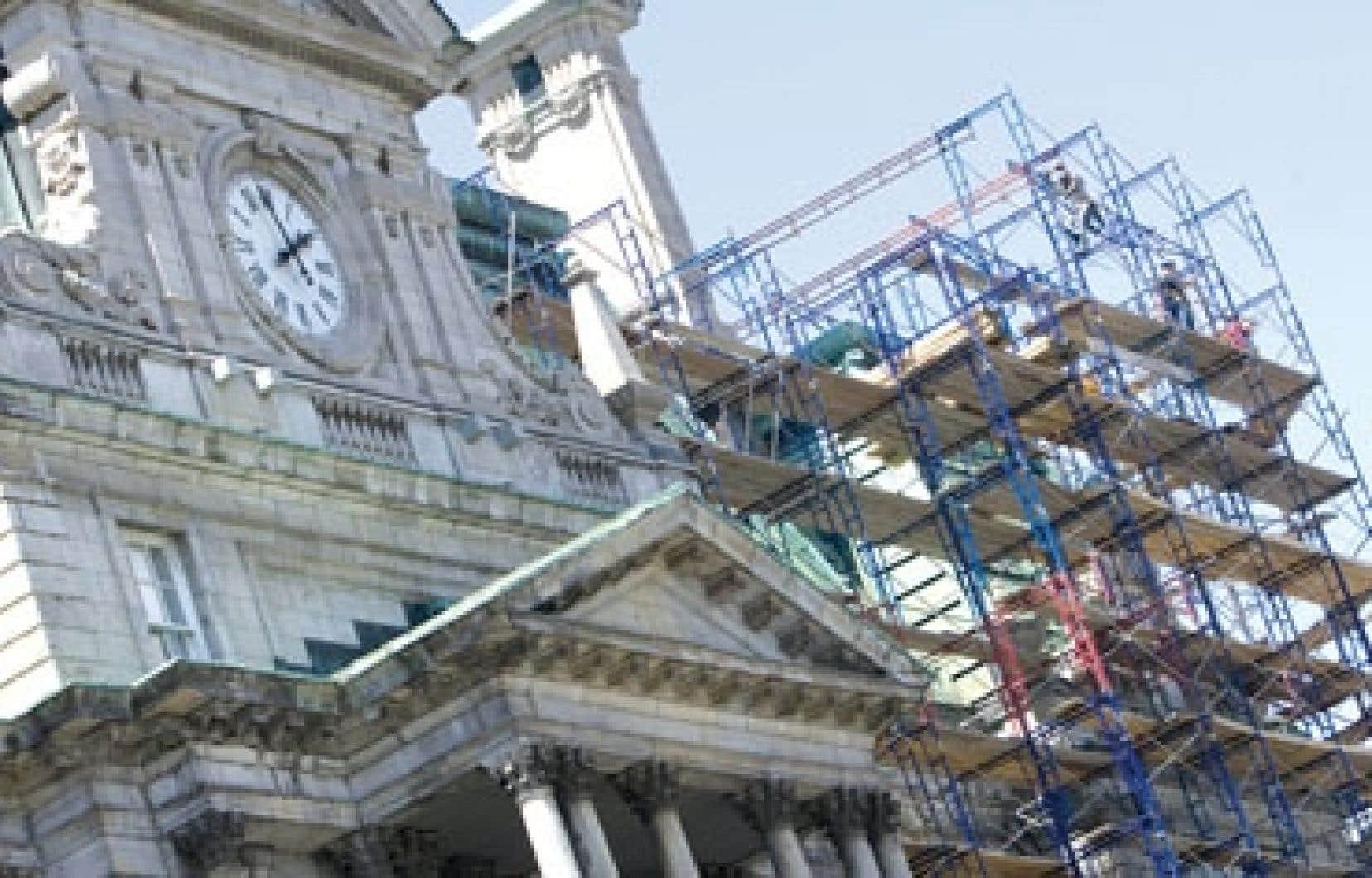 Paul Sauvé affirme avoir décroché un contrat pour la réfection du toit de l'hôtel de ville de Montréal grâce à l'intervention de la mafia.