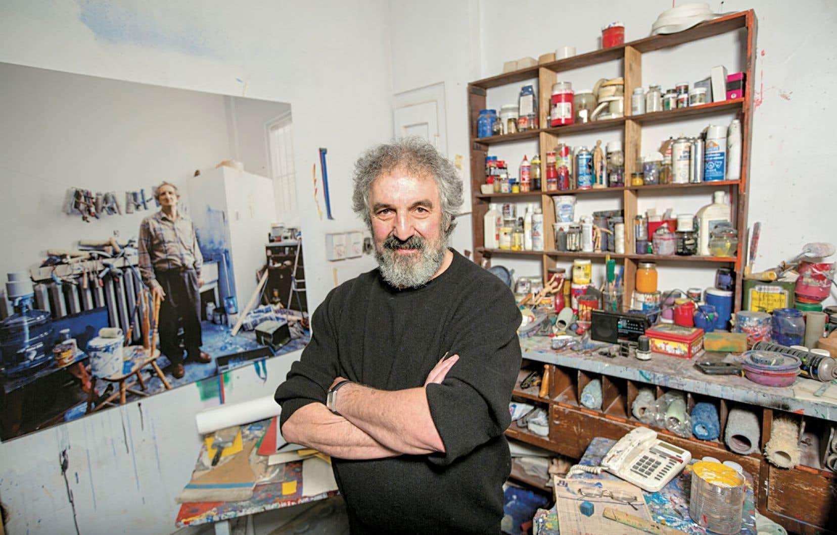 Gilles Daigneault dans l'atelier de l'artiste. Pour l'exposition, le directeur de la Fondation Molinari s'est concentré sur « l'âge d'or » de Molinari, entre 1964 et 1968.