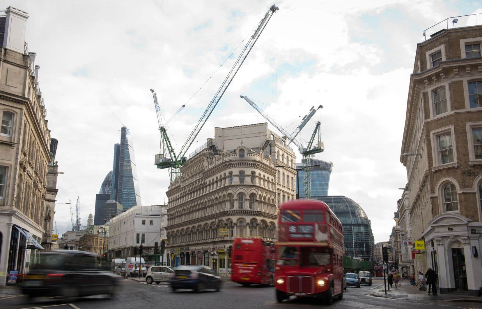 Les chantiers de construction se multiplient dans les quartiers de Londres, signe que l'économie prend du mieux.