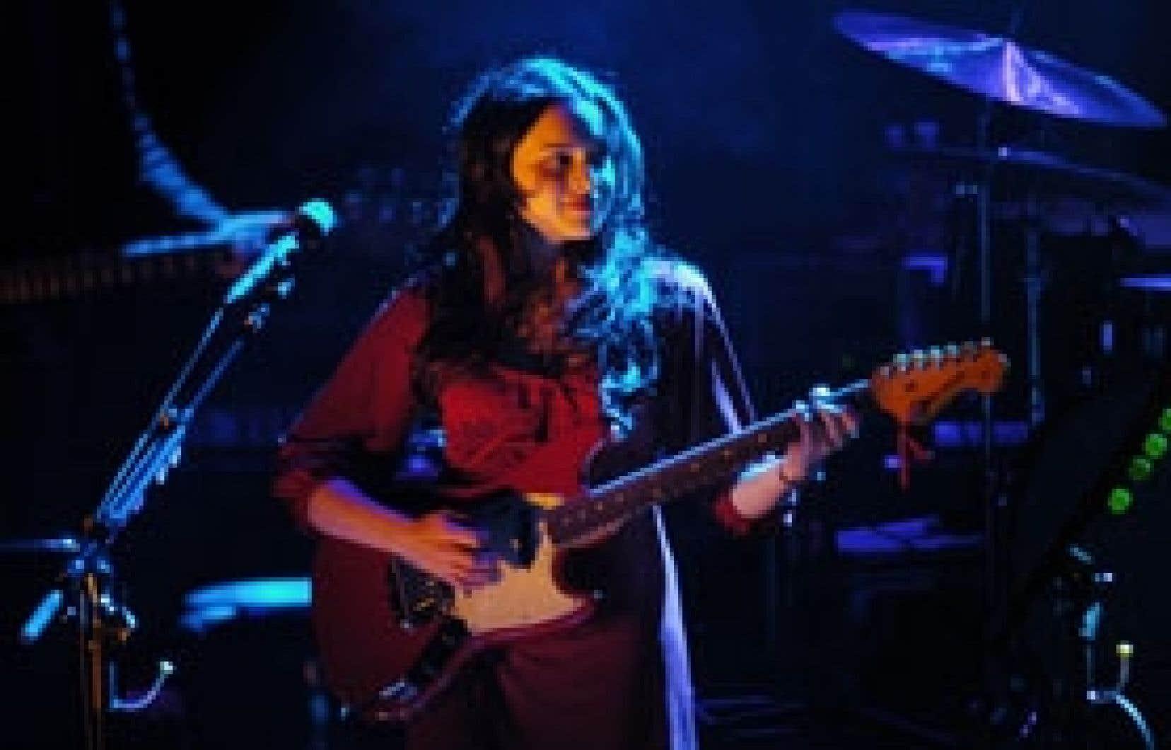 Samedi soir, Norah Jones n'a pas caressé que les touches du piano, mais elle a aussi gratouillé la guitare électrique: une Stratocaster rouge, qui lui va à ravir.