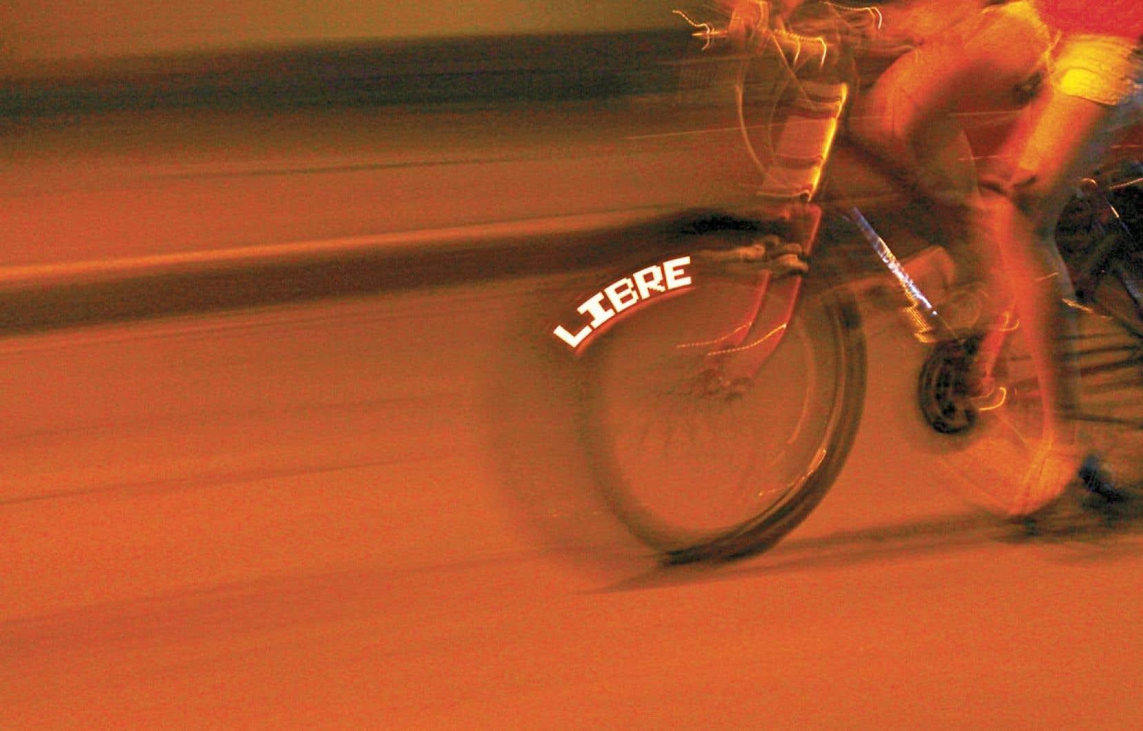 Lors d'un atelier Agit P.O.V (pour « petit objet vélo » ou «persistence of vision »), les participants composent un message d'un mot, à peine plus. Un microprocesseur et son circuit d'ampoules DEL l'attacheront aux rayons d'une roue de vélo. Puis, l'énergie du cycliste et l'effet de persistance rétinienne feront apparaître les lettres. Depuis un an, de tels ateliers ont été donnés à Ottawa et à Toronto, au Nouveau-Brunswick, en Belgique, en Tunisie et en Colombie.