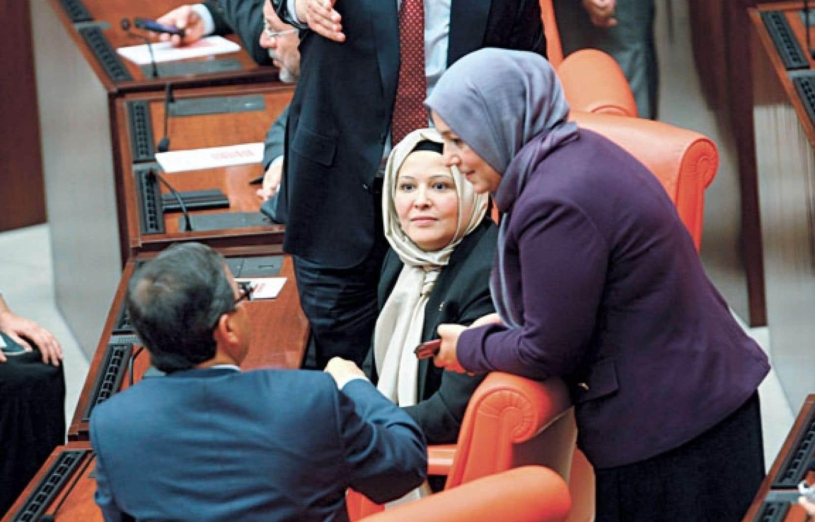 Deux des quatre députées de l'AKP qui se sont présentées au Parlement voilées.