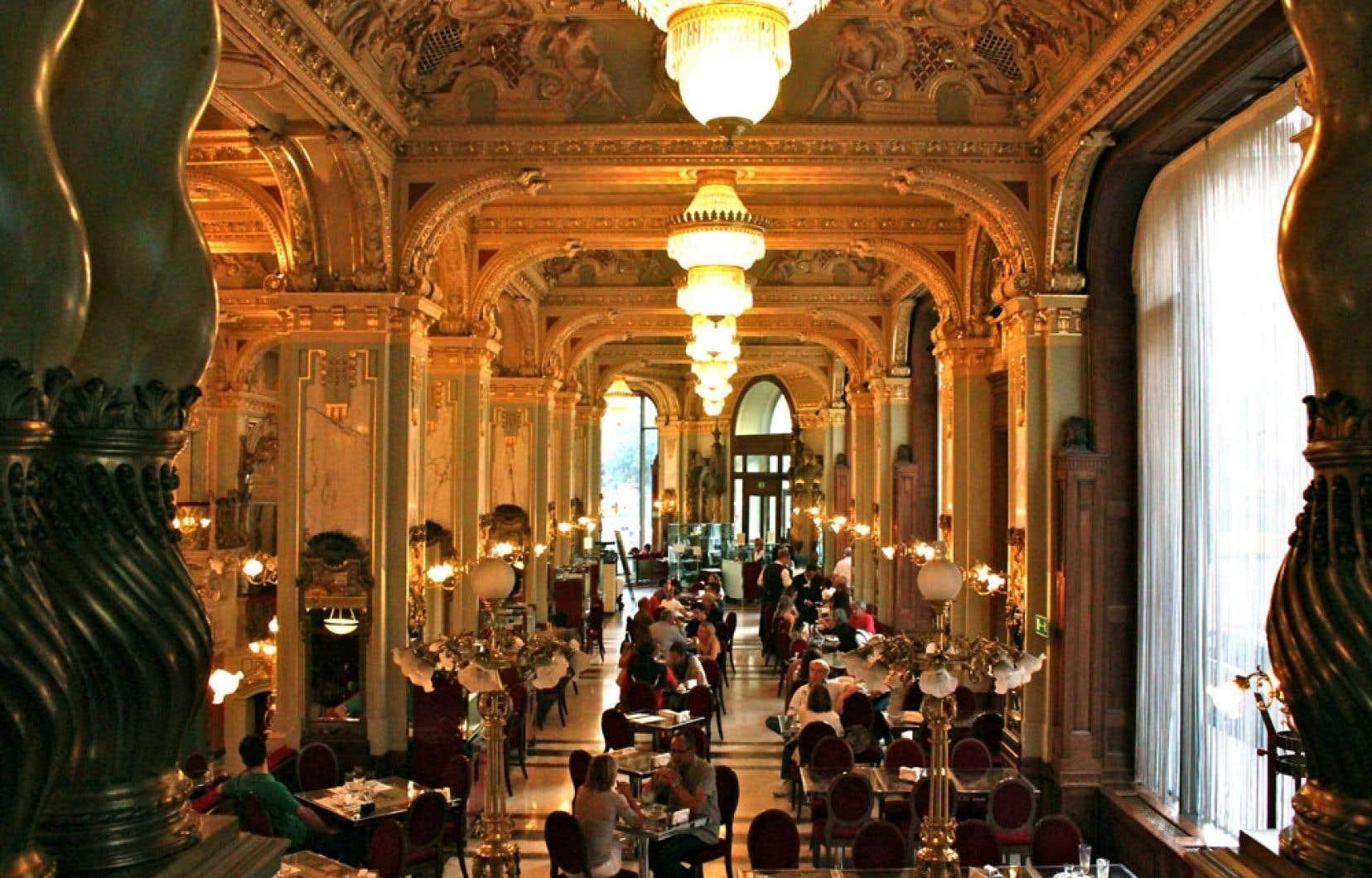 Rénové au début des années 2000, le légendaire café New York a retrouvé tout son faste d'origine.