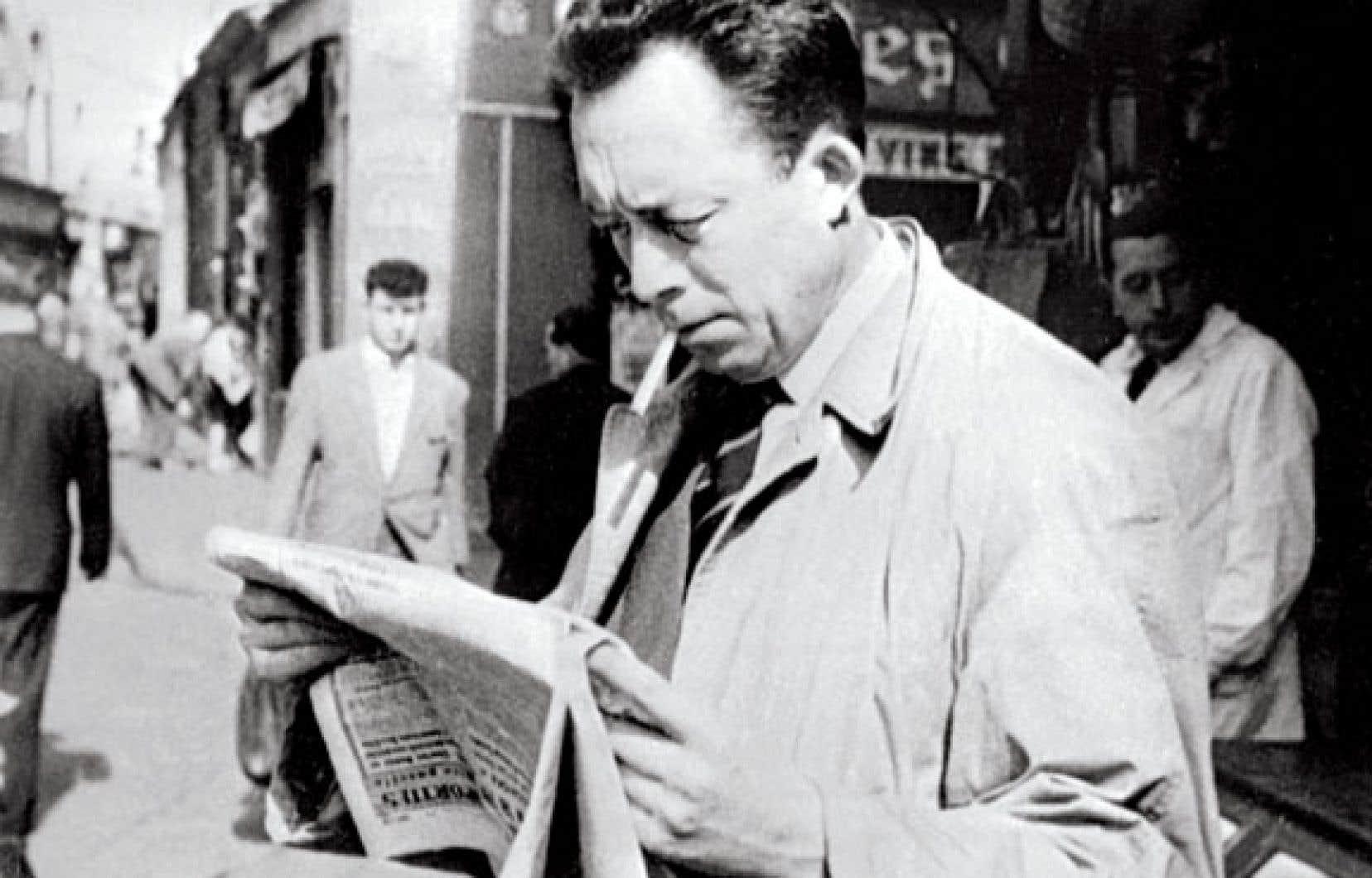 Lisant un journal, cigarette aux lèvres : attitude familière d'Albert Camus, écrivain, journaliste, philosophe et Prix Nobel de littérature 1957. S'il est encore si actuel, c'est que, 100 ans après sa naissance et 53 ans après sa mort, Camus est devenu « la conscience de son époque ».
