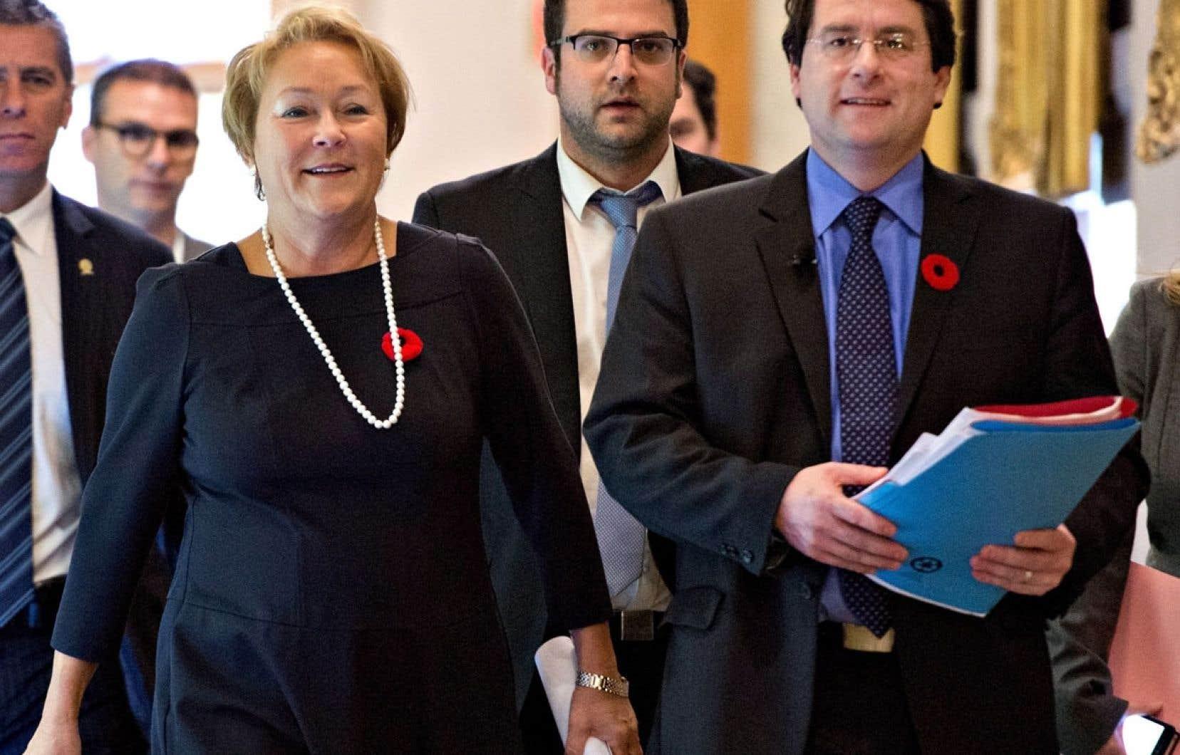 Signe de l'importance qu'elle accorde à cette charte, la première ministre Pauline Marois était aux côtés du ministre des Institutions démocratiques et de la Participation citoyenne, Bernard Drainville, pour amorcer la conférence de presse qui a suivi le dépôt du projet de loi.