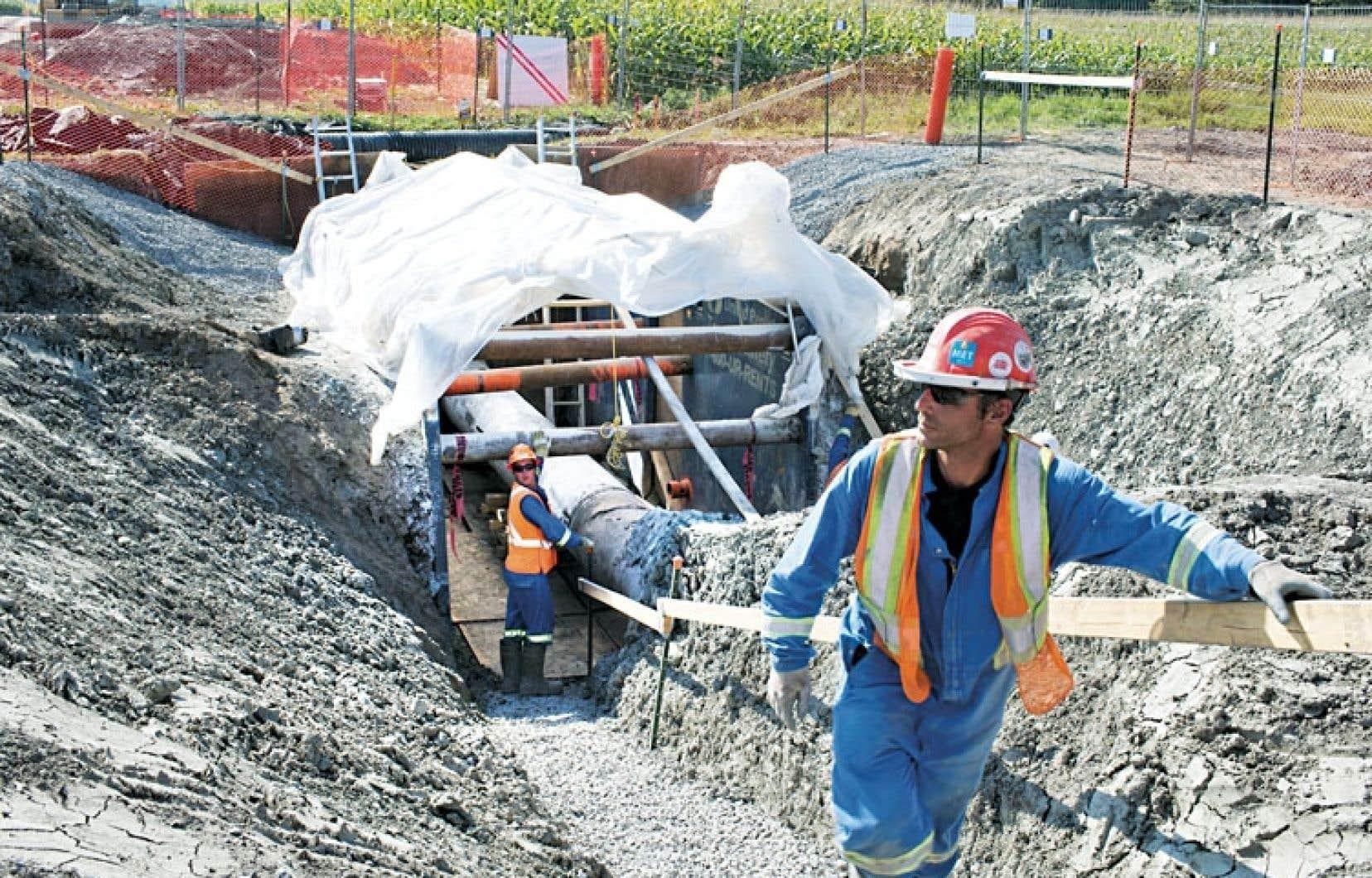 Des employés d'Enbridge effectuent des travaux sur la ligne 9B.