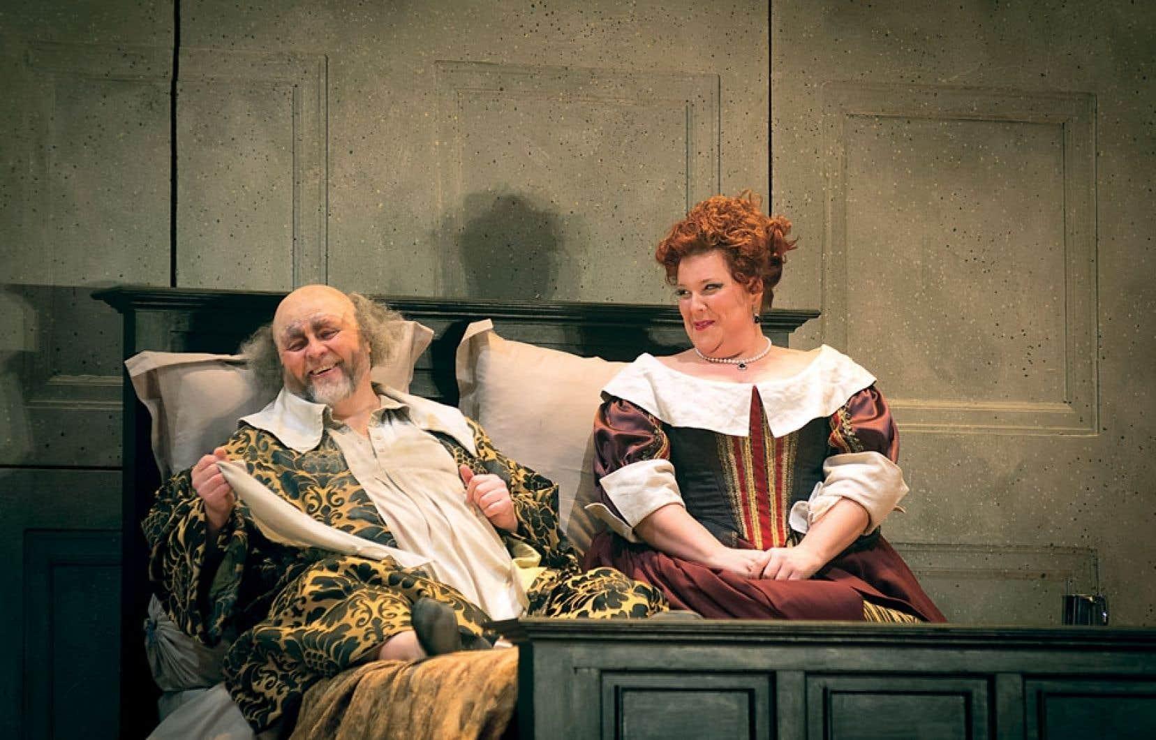 Le Falstaff de l'Opéra de Montréal offre des moments de pur bonheur théâtral, dont celui de la première rencontre - au lit - entre Quickly (Marie-Nicole Lemieux) et Falstaff (Oleg Bryjak).