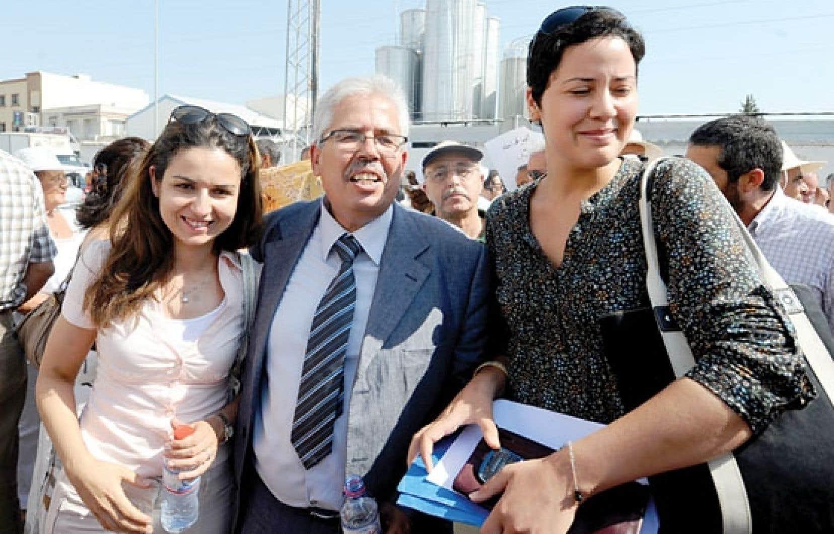 Des étudiantes accompagnant à son procès le doyen de la faculté des lettres de l'Université de la Manouba, à Tunis, Habib Kazdaghli, en juillet 2012.