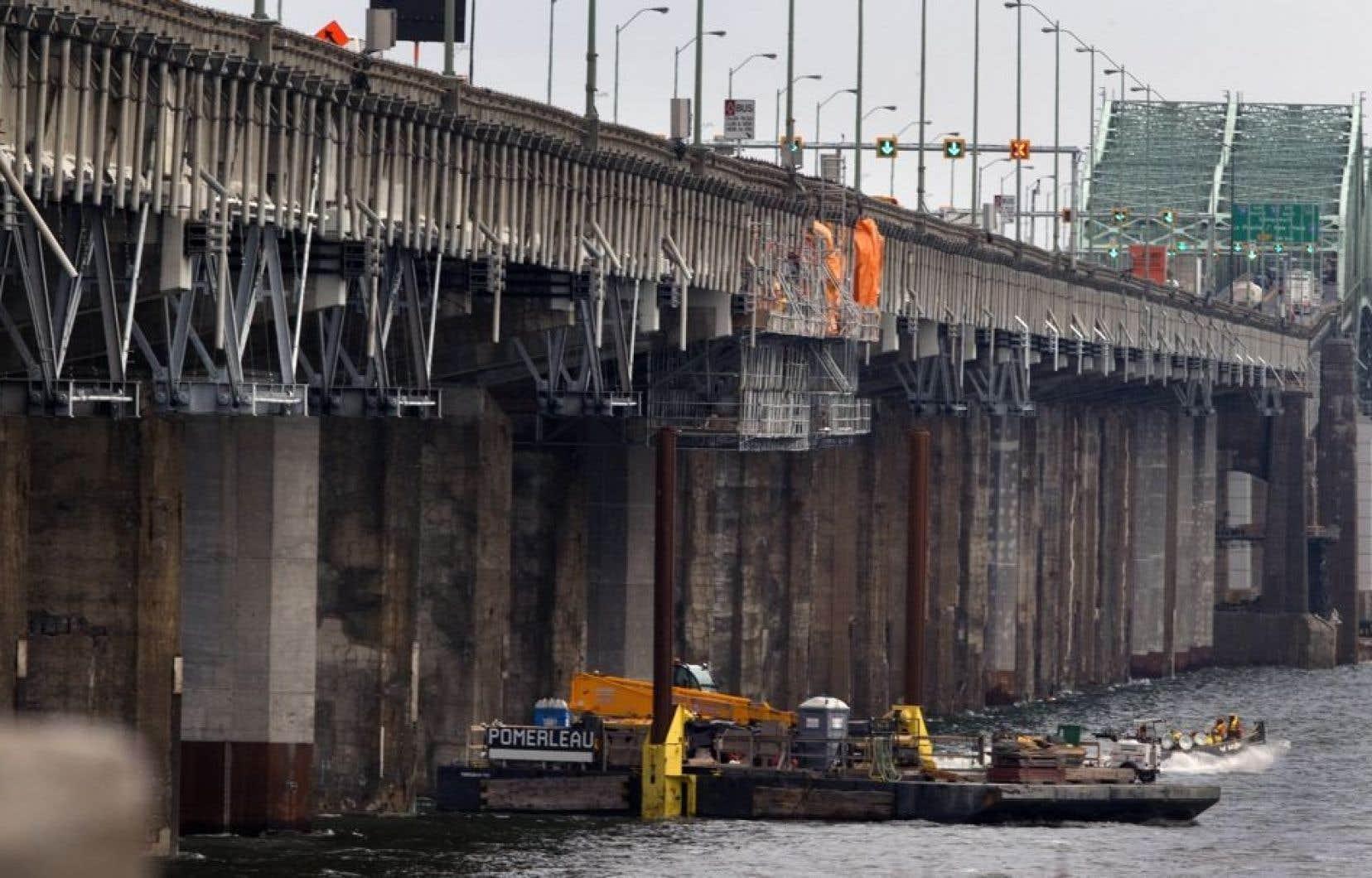 Lors d'un point de presse à Montréal, M. Lebel a dû reconnaître que la dégradation précoce du pont Champlain a forcé une cadence accélérée pour les travaux de remplacement.