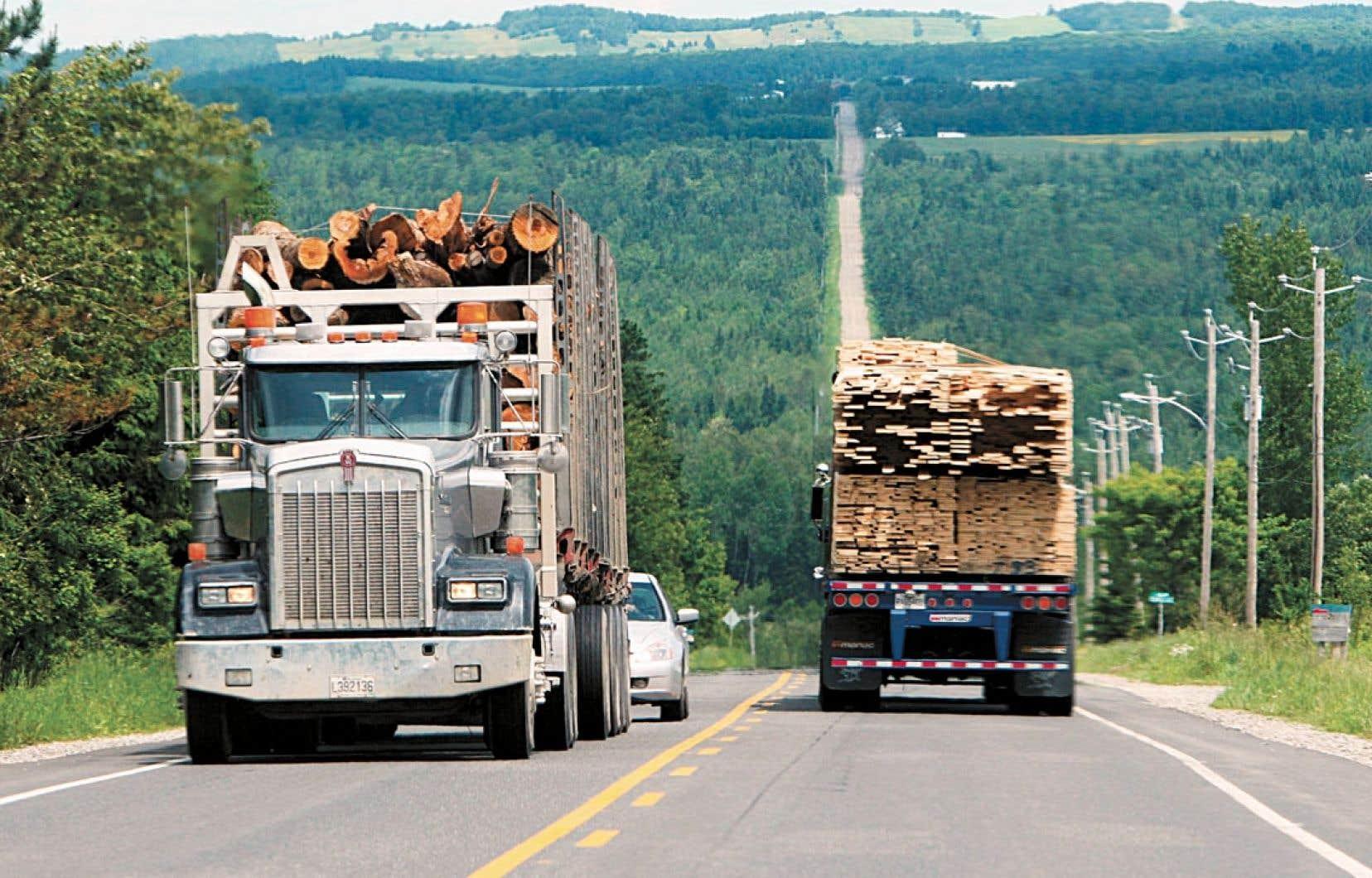 L'industrie forestière réclame de Québec de revoir les charges qui lui sont imposées et qui nuisent à sa compétivité.