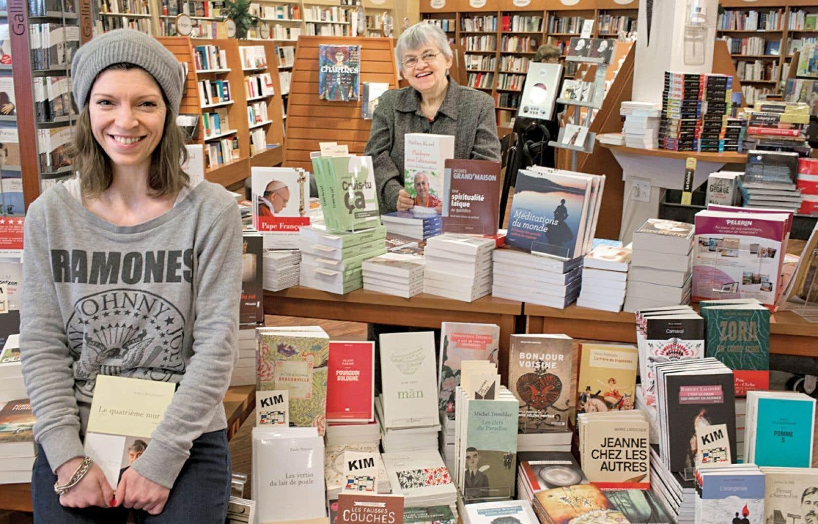 La libraire Kim Leblanc et la directrice générale Jeanne Lemire (à l'arrière-plan) de la Librairie Paulines à Montréal. Outre les best-sellers, des fromages monastiques, du cidre, du chocolat et une solide passion pour la spiritualité et la philosophie.