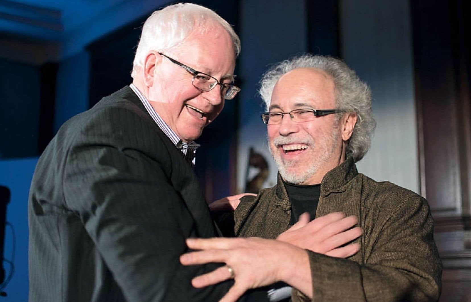 Le prix Hommage, décerné par les anciens présidents de la Fédération, récompense une carrière journalistique remarquable. Il est allé cette année à Michel Auger, bien connu pour sa couverture du crime organisé au Journal de Montréal pendant deux décennies. Le 13septembre 2000, il a été atteint par six projectiles dans une embuscade tendue dans le stationnement de son journal. M.Auger a aussi travaillé au Nouvelliste, au Montréal Matin, à La Presse et à la CBC. Sur la photo, il est en compagnie de Jean-Pierre Charbonneau, qui avait été aussi victime d'un attentat en mai1973 en pleine salle de rédaction du Devoir.