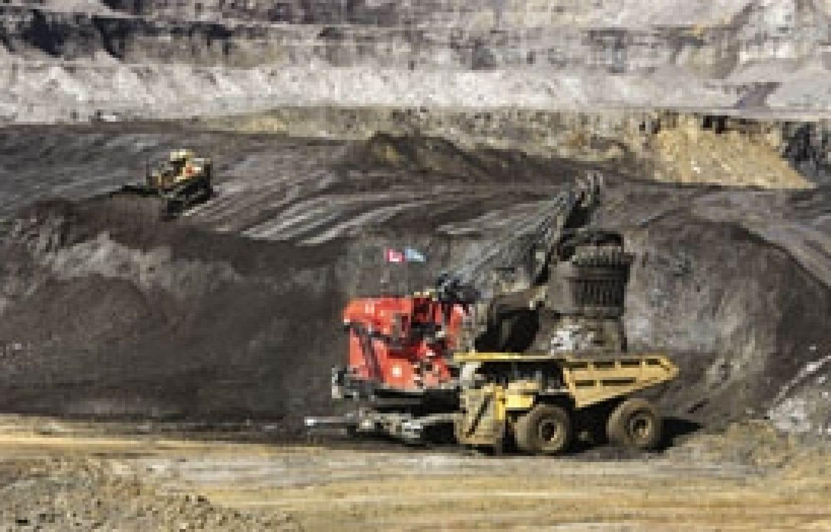 L'exploitation des sables bitumineux, dont 70 % sont exportés aux États-Unis, est responsable de la moitié de l'augmentation des émissions de gaz à effet de serre du Canada.