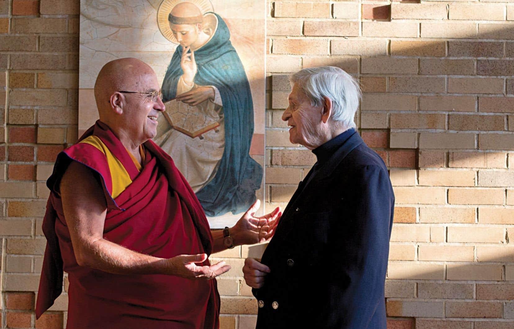 Le moine bouddhiste Matthieu Ricard et le père dominicain Benoît Lacroix : deux hommes de tolérance guidés par la spiritualité et l'altruisme. À une poignée de main du dalaï-lama.