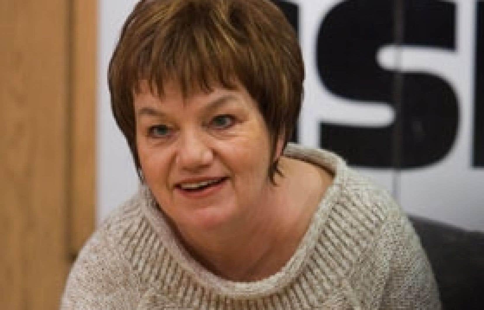 La présidente de la CSN, Claudette Carbonneau, est très préoccupée par les grandes crises qui secouent certains secteurs vulnérables de notre économie, comme le bois, le papier, la production porcine et bien d'autres encore.