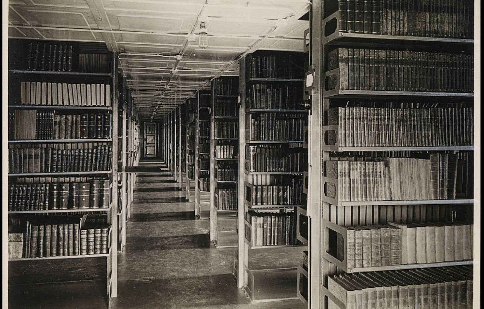 Rayonnage de livres de la Bibliothèque nationale de Norvège en 1914