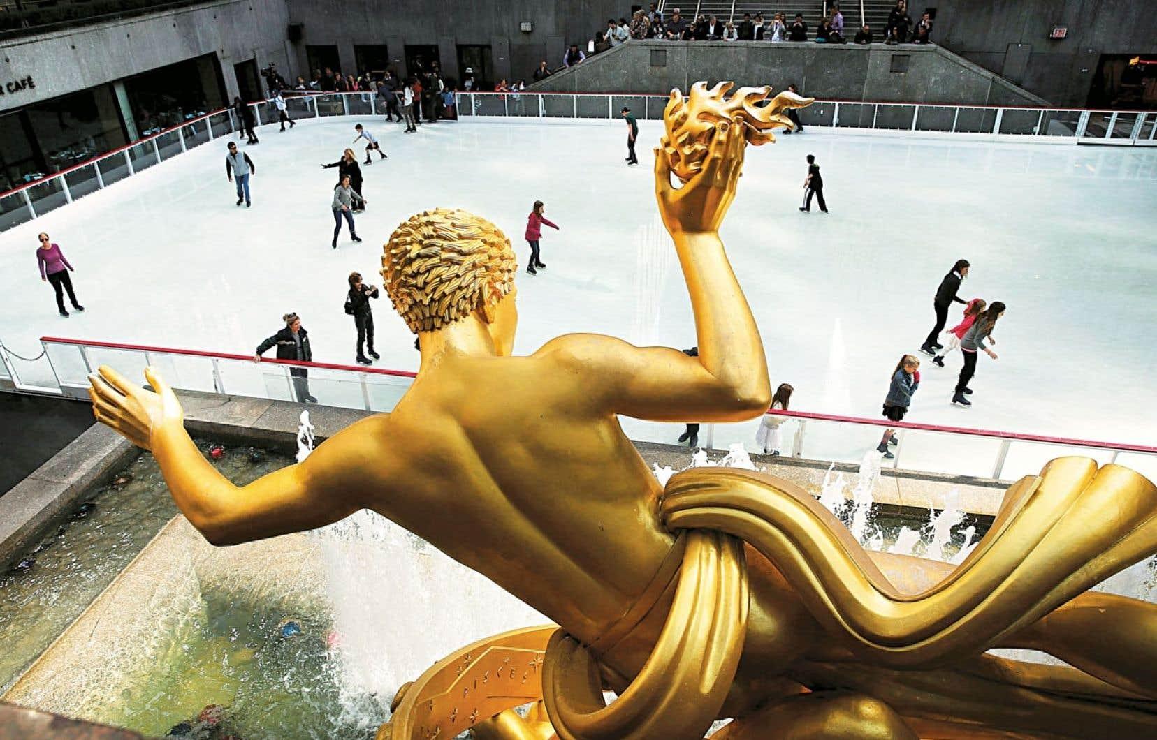 La patinoire du Rockefeller Center à New York, dont l'installation en est à sa 77e saison. Aménagée en 1936 comme une attraction temporaire, elle s'inscrit aujourd'hui au cœur des activités du temps des Fêtes dans la Grosse Pomme.
