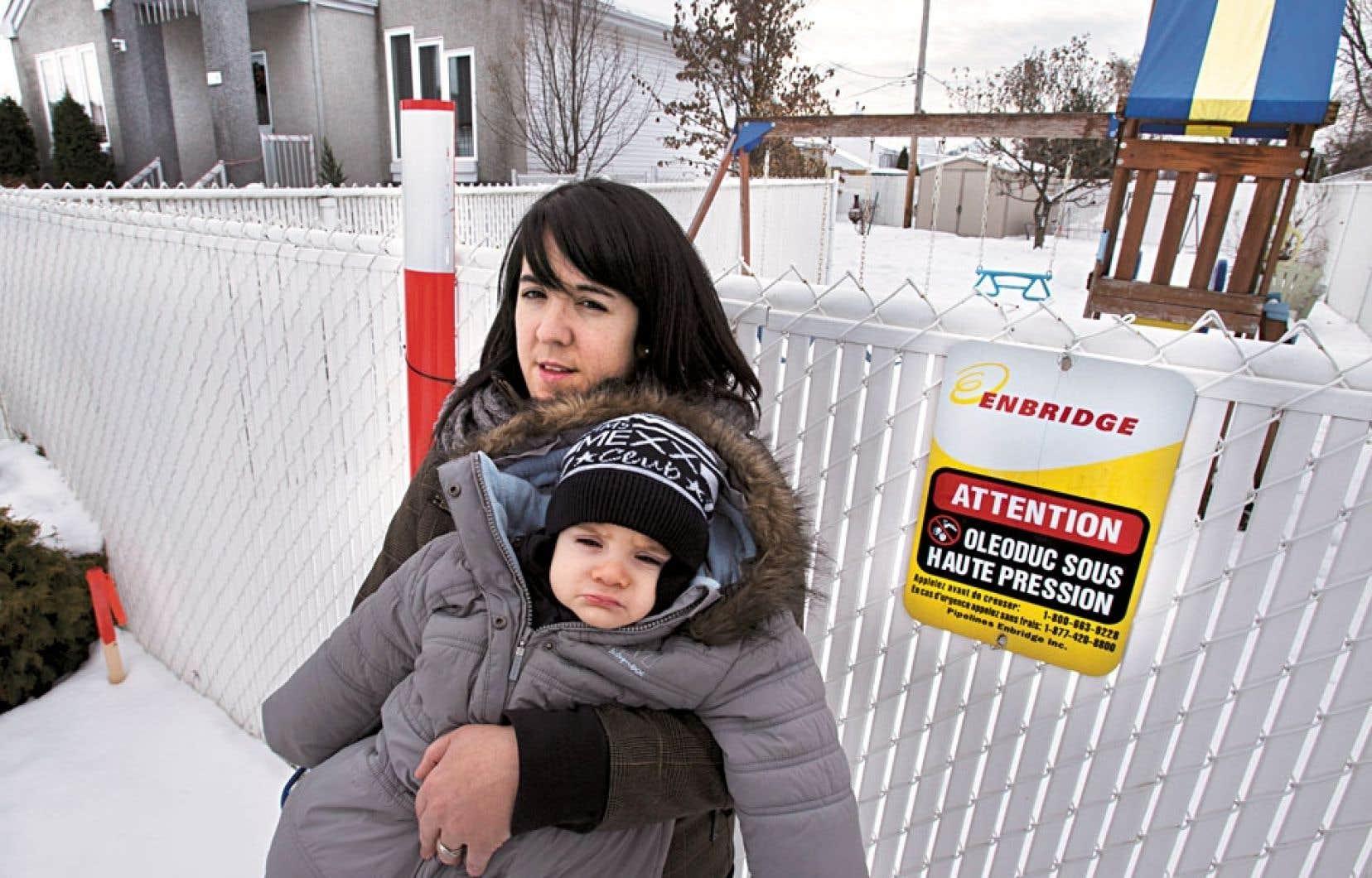 Sandra Bouchard, qui a déménagé dans le secteur il y a de cela quelques mois, ignorait jusqu'à la présence du pipeline. Sa maison se trouve à une quarantaine de mètres du tuyau.