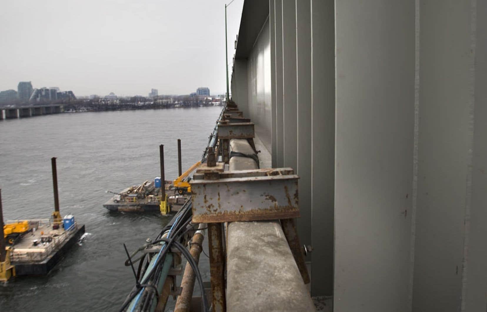 La superpoutre qui vient d'être installée pour solidifier le pont Champlain. Le mégachantier du nouveau pont provoquera un grand dérangement environnemental, selon une étude d'impact.