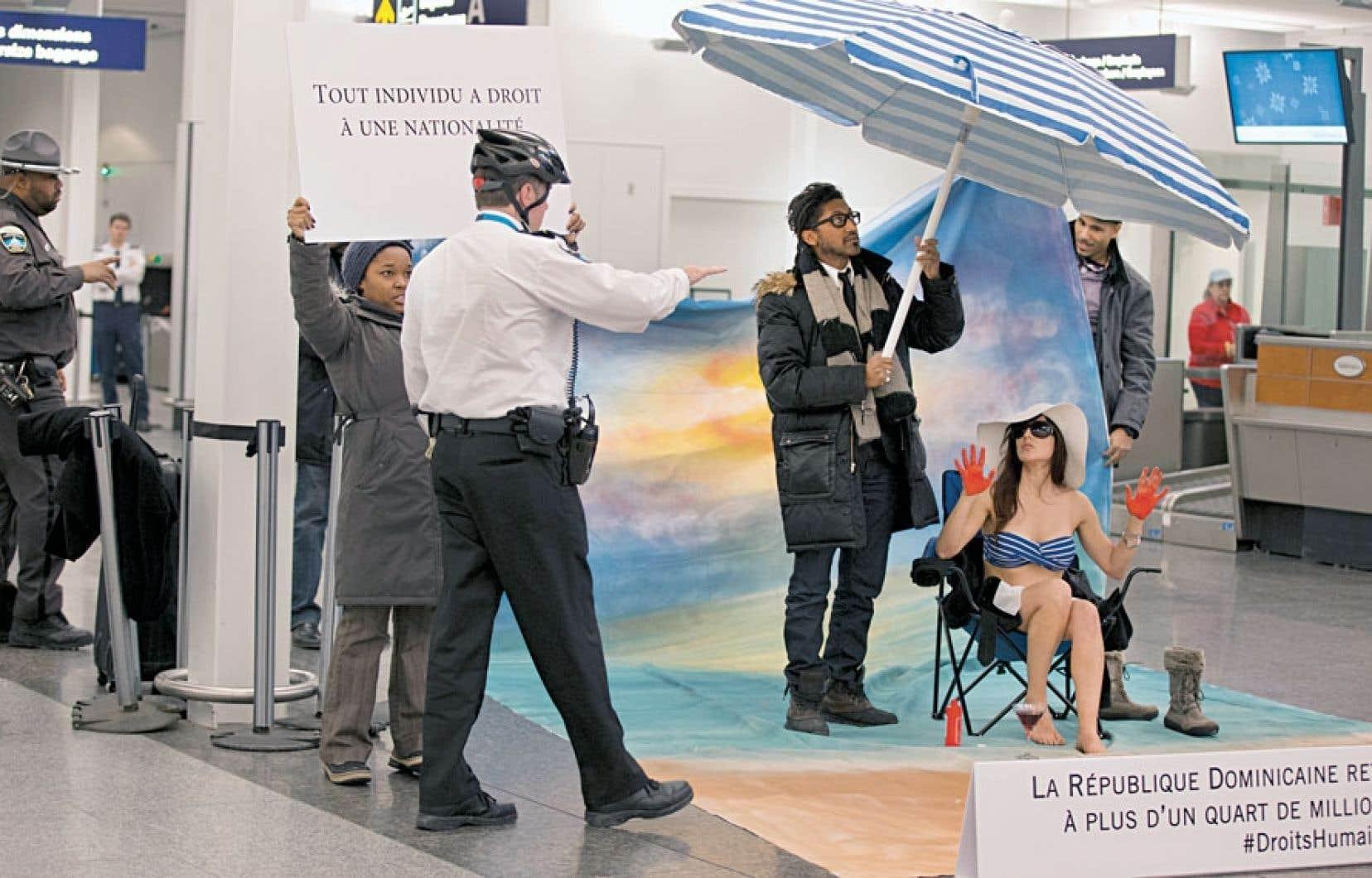 Quinze militants, dont le comédien et animateur AngeLo Cadet, ont orchestré une mise en scène pour sensibiliser les touristes québécois au sort de milliers de Dominicains.