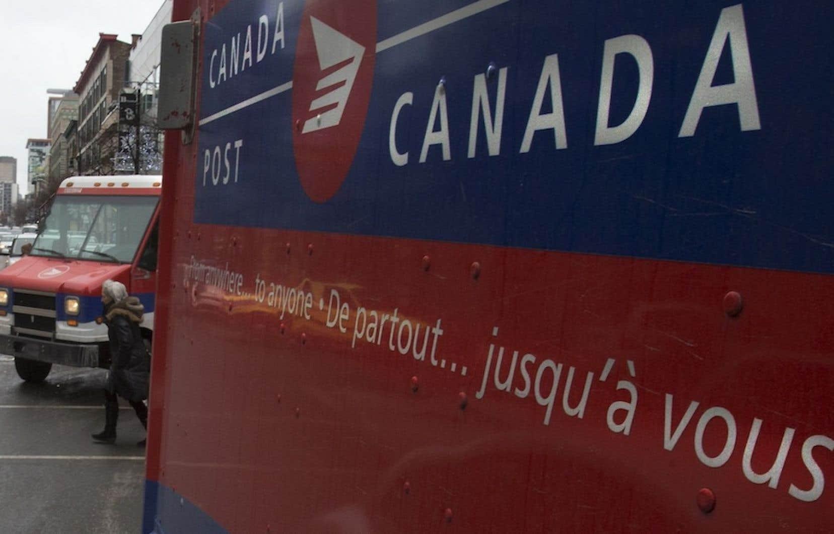 Mercredi, Postes Canada a annoncé une hausse considérable du prix des timbres et l'élimination graduelle du service de livraison du courrier à domicile.