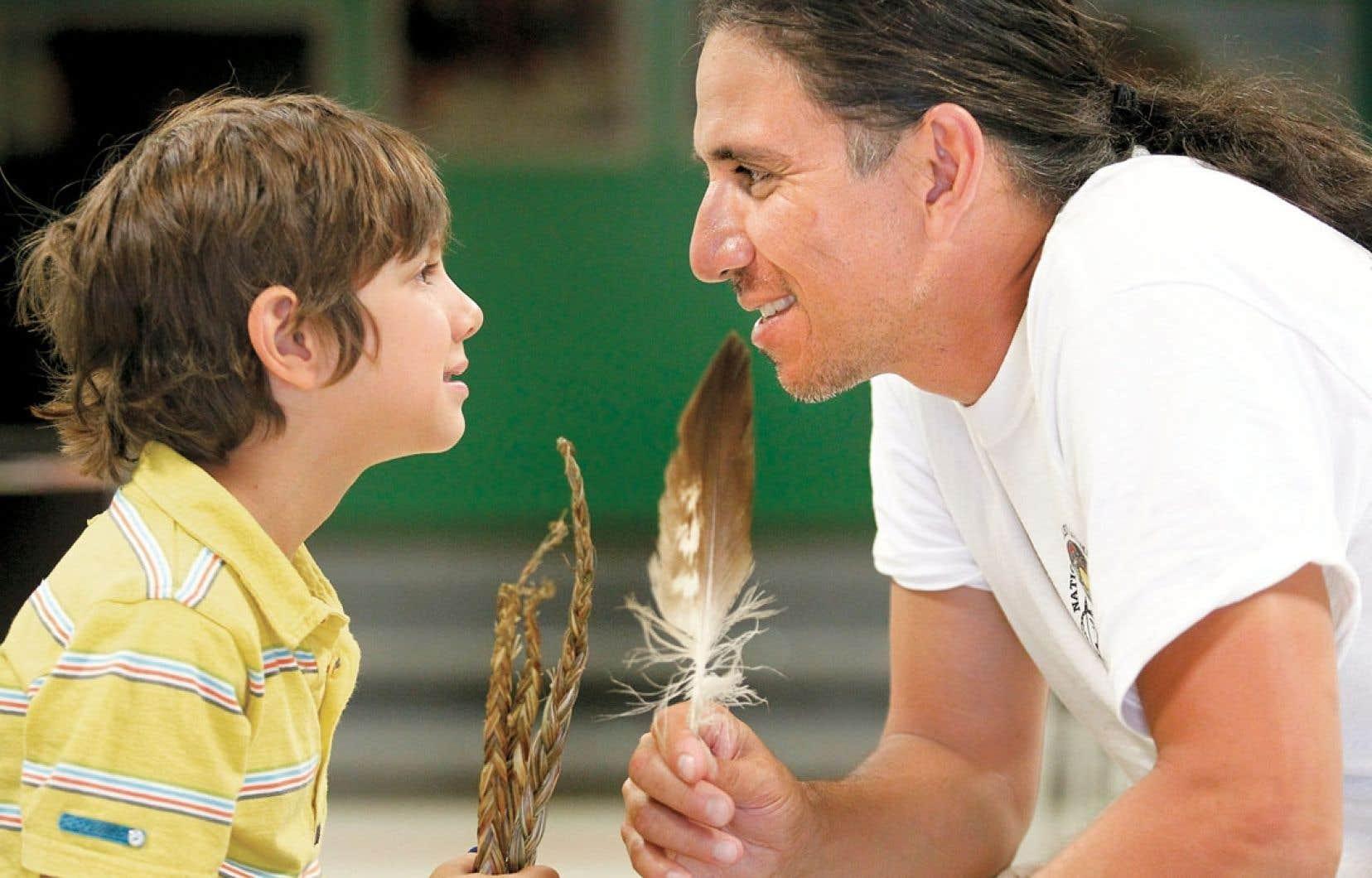 En 2007, le rythme effréné de sa vie professionnelle mène le docteur d'origine amérindienne Stanley Vollant au bord du gouffre. Il s'accroche pourtant, pour ses trois enfants. Ci-dessus, le DrVollant avec son fils Xavier.