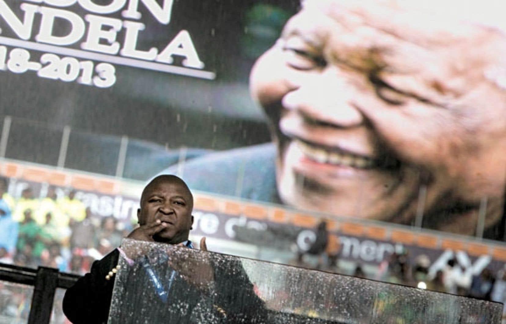 Les images de l'homme interprétant faussement en langue des signes la cérémonie d'hommage à Nelson Mandela ont fait le tour du monde, soulevant l'indignation des communautés sourdes.