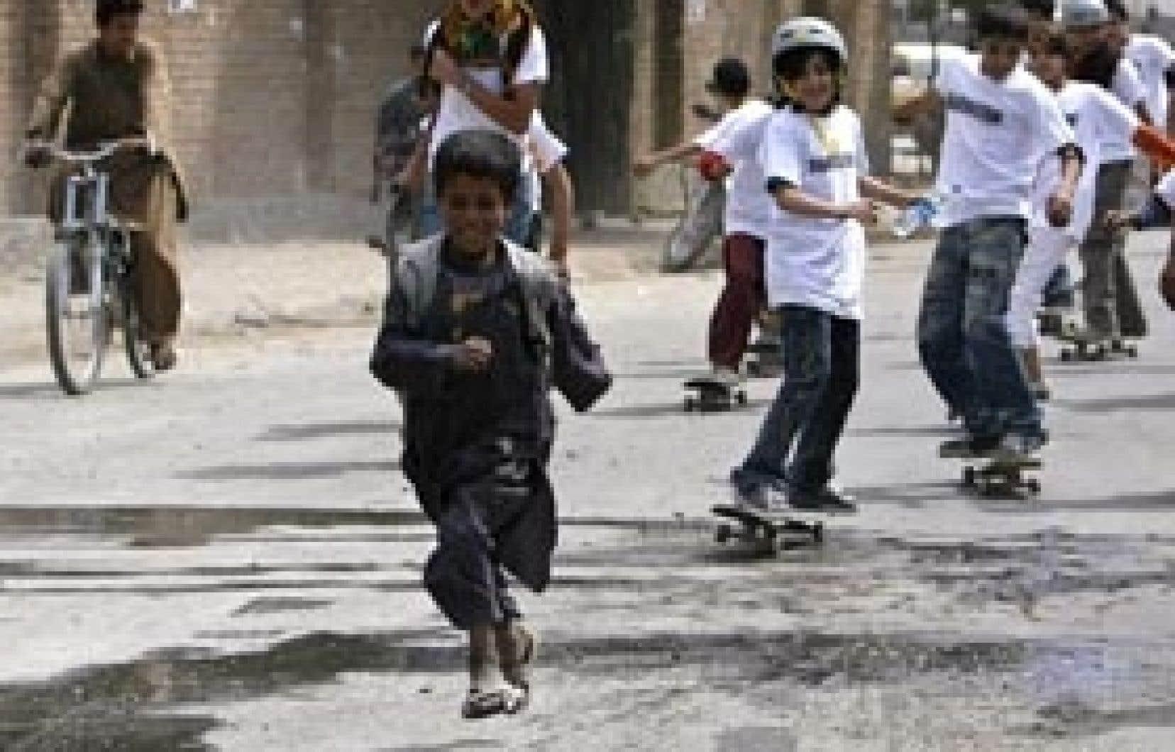 Un jeune Afghan fait la course avec les enfants de la première école afghane de skateboard, appelée «Skateistan».