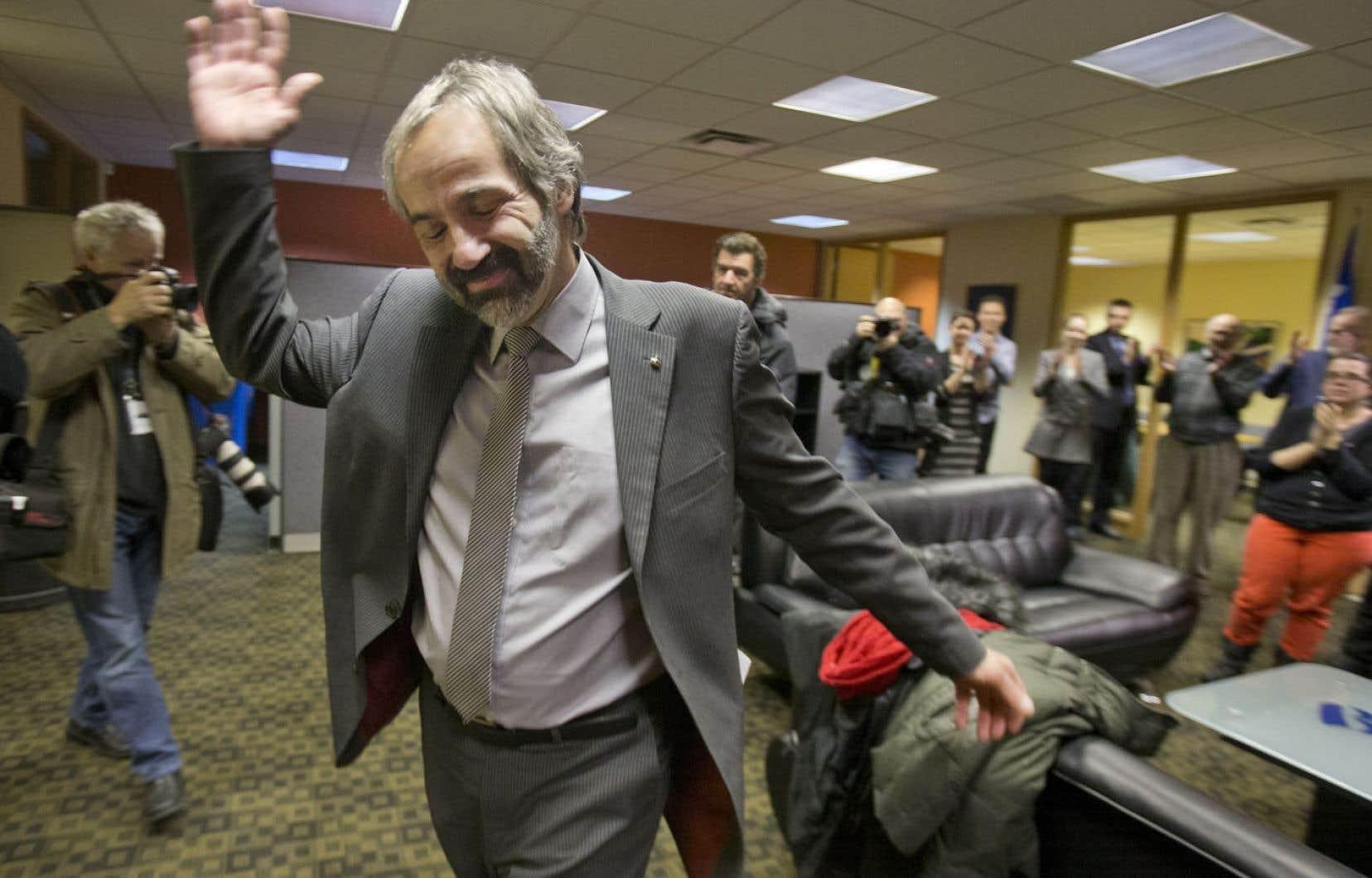 Daniel Paillé saluant son équipe après sa démission comme chef du Bloc québécois, lors d'une conférence de presse empreinte d'émotion, lundi à Montréal.