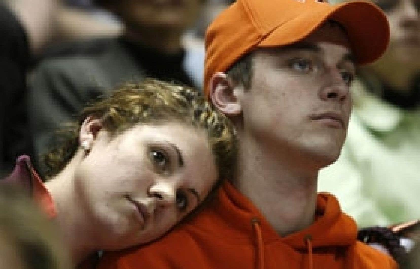 Deux étudiants de Virginia Tech assistent silencieusement à une cérémonie en hommage aux victimes de la tuerie.