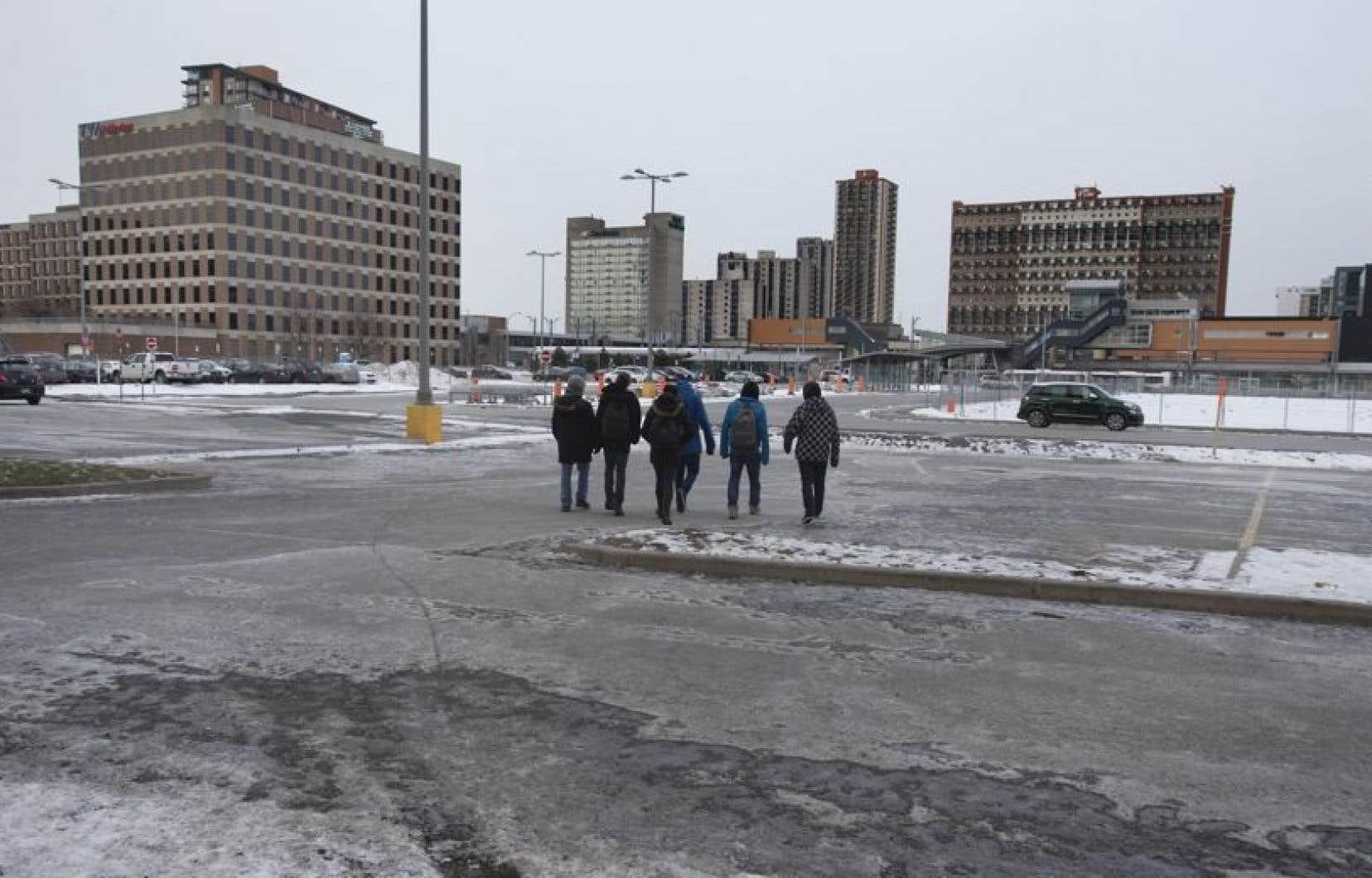 La Ville de Longueuil, qui gère les stationnements incitatifs entourant la station de métro, estime que la construction de la tour SSQ entraînera la disparation de près de la moitié des quelque 400 cases du P1.