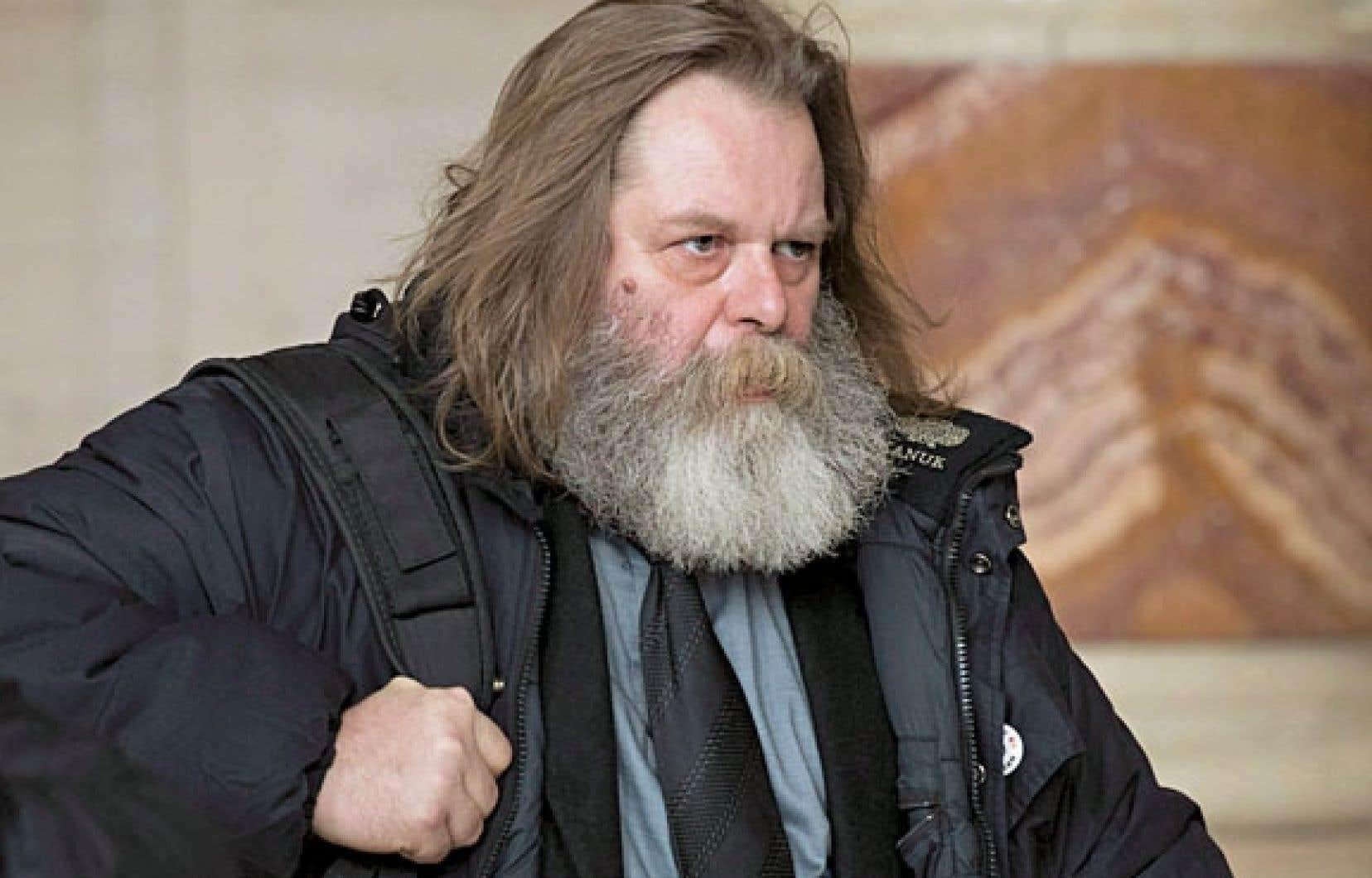 Claude Robinson quittant l'édifice de la Cour suprême en février 2013. La plus haute instance judiciaire du Canada lui a donné raison lundi.