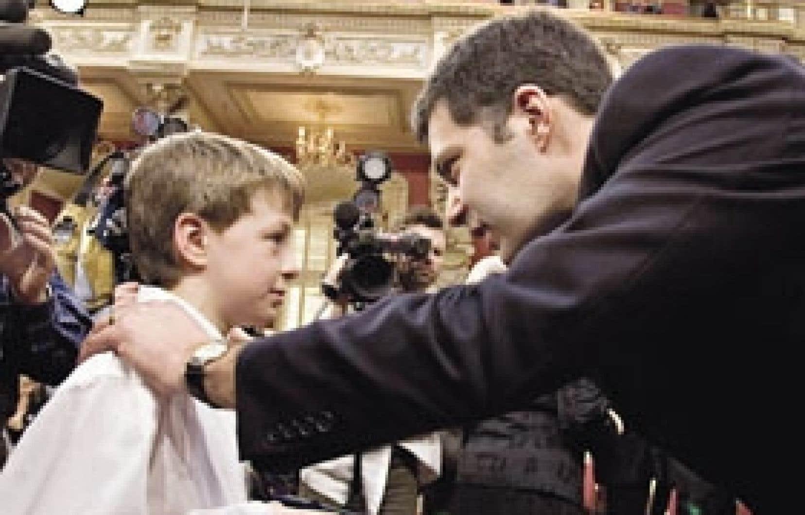 Le chef de l'opposition officielle, Mario Dumont, s'est entretenu hier avec le jeune Michel Croteau, fils de la députée adéquiste Sylvie Roy.