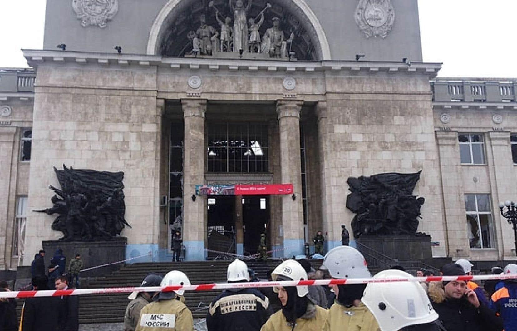 Les pompiers s'affairent devant la gare de Volgograd à la suite de l'attentat-suicide.