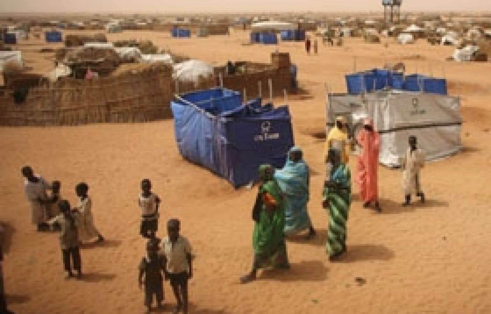 Des réfugiés soudanais attendent dans le camp El-Fasher que les politiciens s'entendent pour leur porter secours.