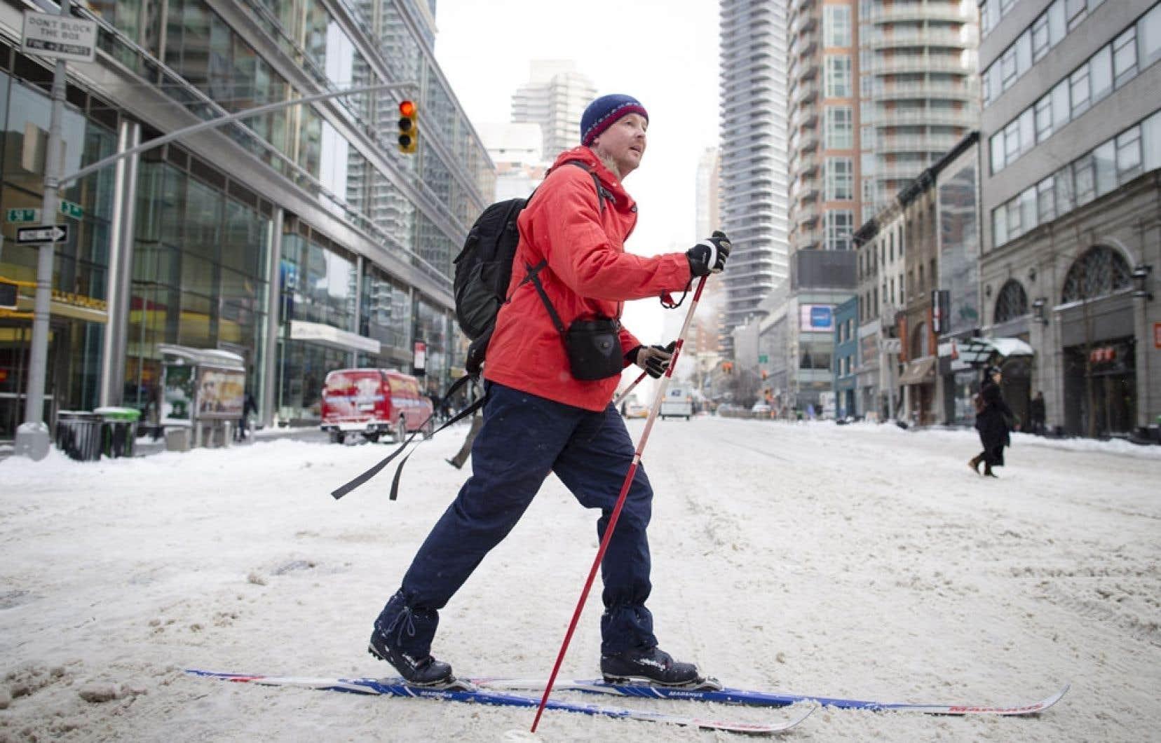 Ce citadin a opté pour les skis pour se déplacer dans les rues de New York.