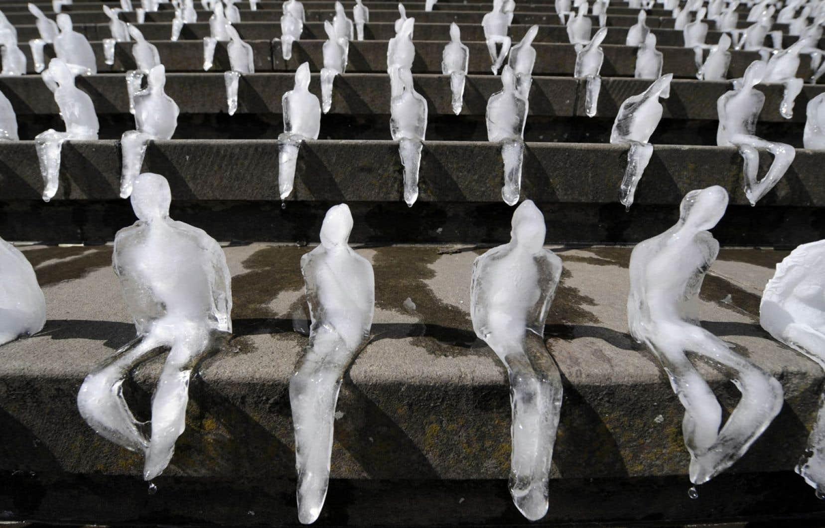 Le mercure devrait grimper de 2,5 à 3,8 degrés dans le sud du Québec d'ici 2050. Ci-dessus, l'artiste brésilien Nele Azevedo a installé près d'un millier de sculptures de glace sur les marches du Konzerthaus de Berlin pour dénoncer le réchauffement climatique.