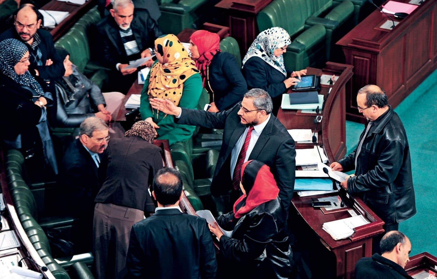 La Constituante tunisienne doit poursuivre le débat article par article de la future Constitution qui doit aboutir avant le 14janvier pour résoudre une profonde crise politique.