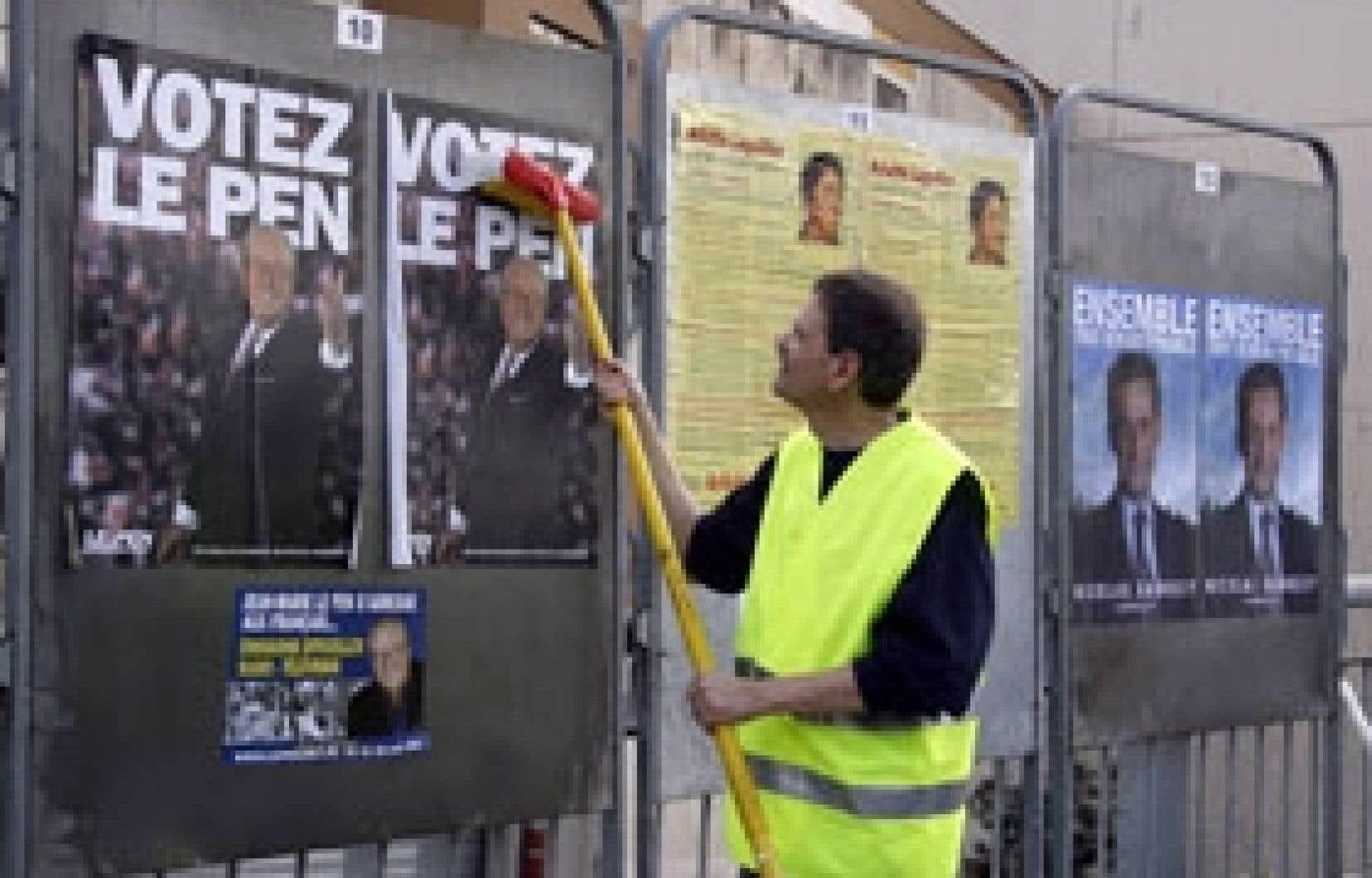 À 12 jours du premier tour, les affiches électorales sont apparues dans les rues de la France.