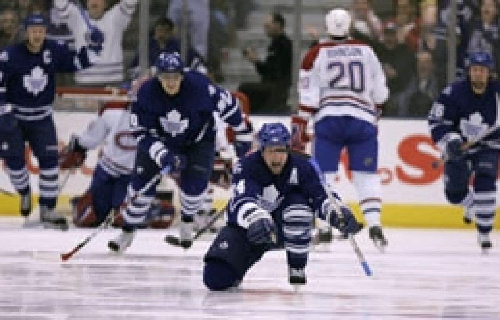 Bryan McCabe célèbre le cinquième but des Maple Leafs. Samedi, le Canadien a laissé filer une avance de deux buts pour s'incliner 6 à 5 contre Toronto.