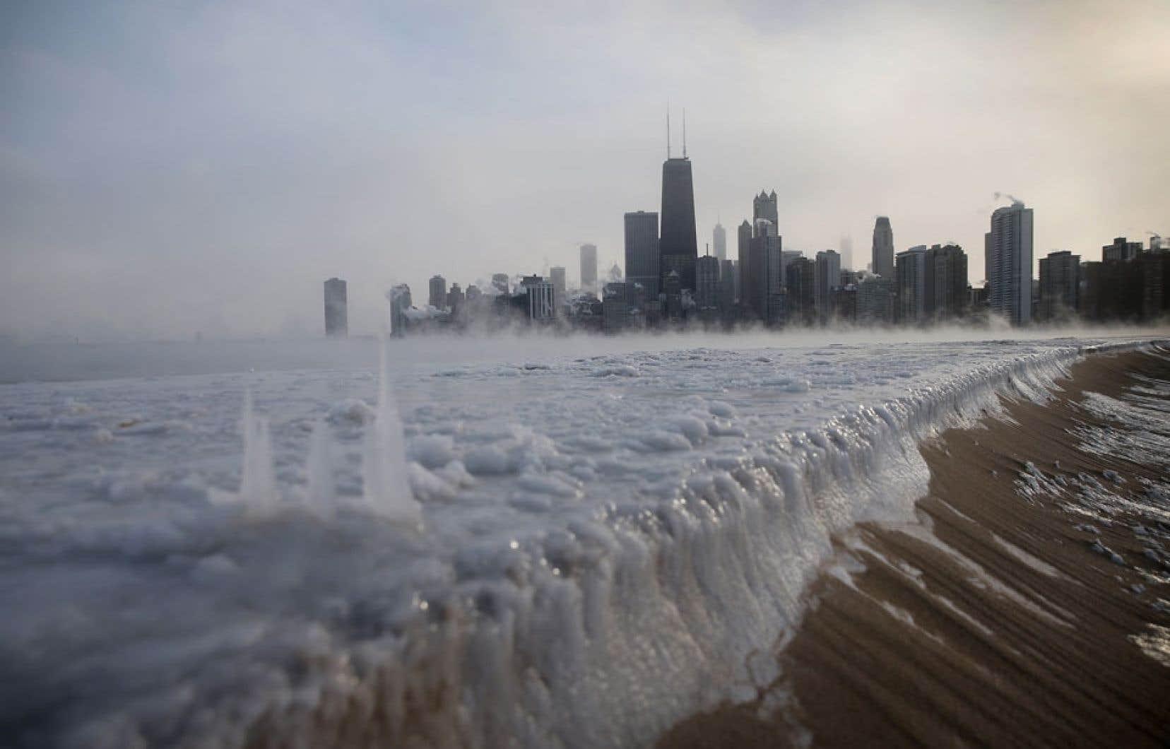 La promenade glac&eacute;e de la North Avenue Beach &agrave; Chicago, sur le bord du lac Michigan.<br />