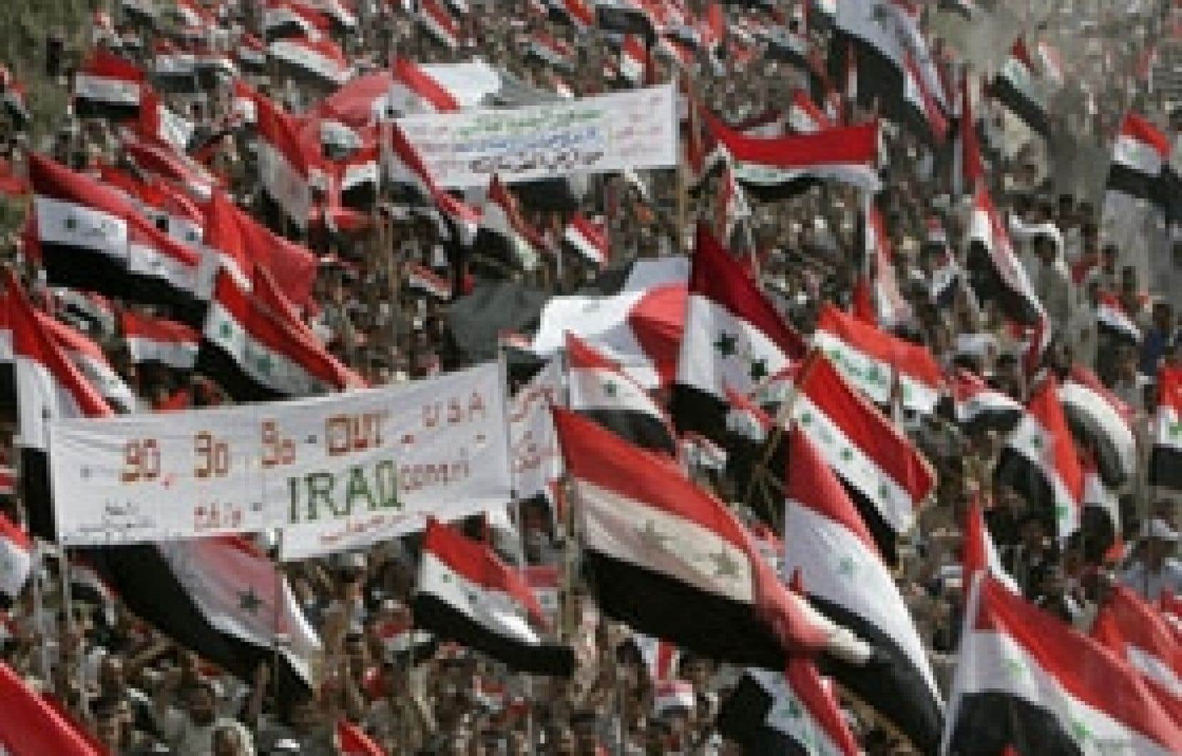À Najaf, des drapeaux américains ont été brûlés hier parmi la foule qui portait des banderoles où figuraient des slogans hostiles aux États-Unis et au président George W. Bush comme «À bas Bush» ou «À bas l'Amérique».