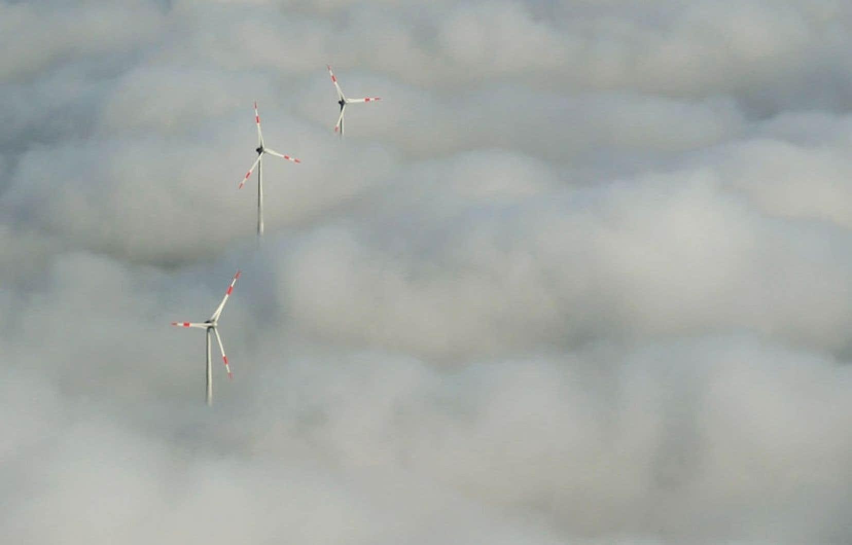 À Francfort, en Allemagne, ces éoliennes semblent avoir la tête dans les nuages, phénomène causé par un épais brouillard.