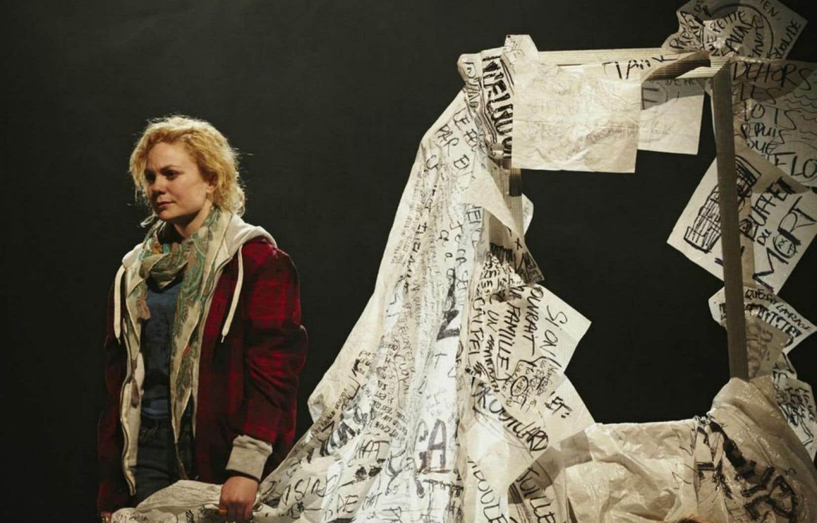 Dans Autopsie d'une napkin, Erika Tremblay-Roy met en scène une famille naufragée.