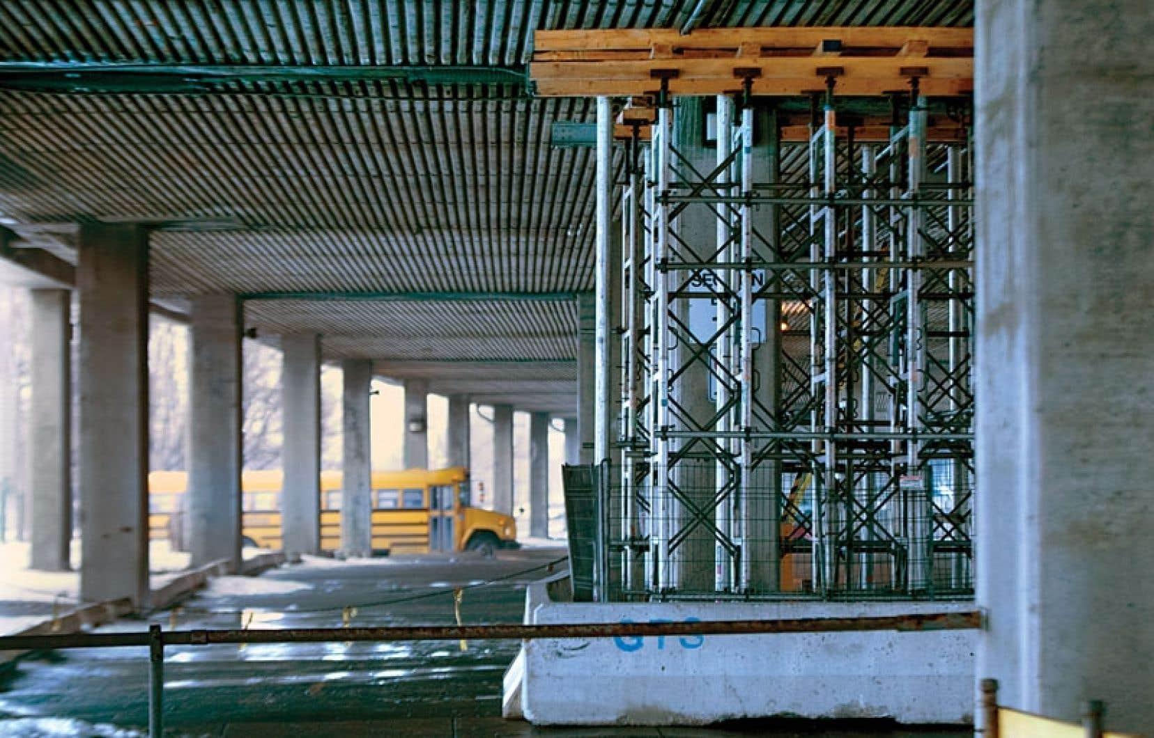 Une structure temporaire sous l'autoroute 40, à Montréal.